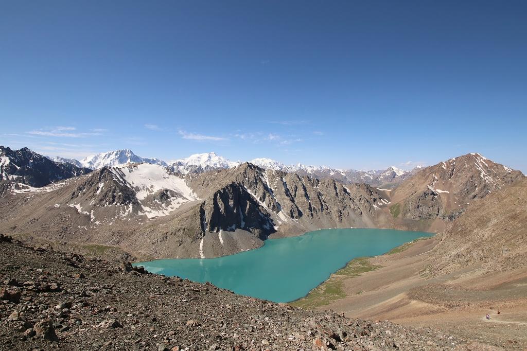 Die hohen Berge und der Ala-Kol geben eine tolle Naturkulisse ab