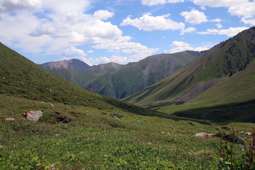Leicht abwärts auf schmalen Pfaden durch das Altyn-Araschan-Tal