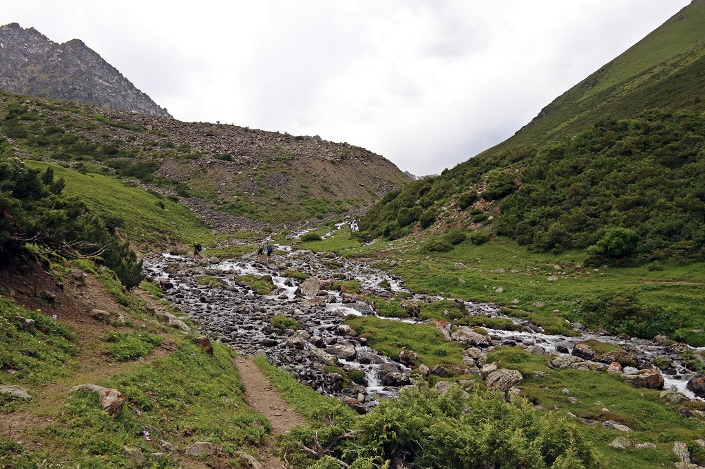 Verzwickte Flussquerung im Altyn-Araschan-Tal