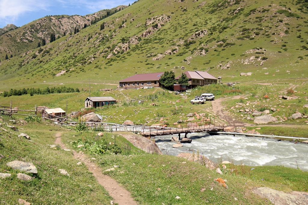 Brücke über den reißenden Araschan Fluss