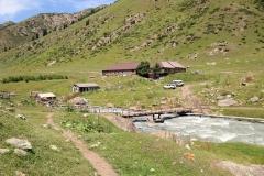 Brücke über dem reißenden Araschan Fluss