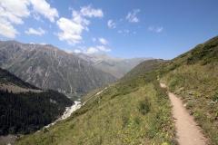 Der Weg verläuft weiter hinein in das schöne Ala-Archa-Tal
