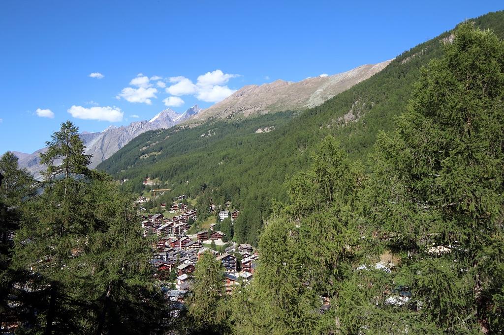 Blick vom Balkon des EVA Serviced Apartments in Zermatt