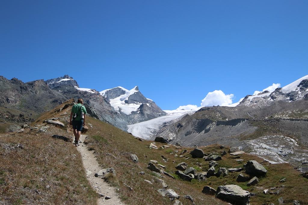 Fünf-Seen-Runde in Zermatt mit Blick auf Findelgletscher sowie die Gipfel von Spitzi Flue (3.260 m.ü.M) und Pfulwe (3.314 m.ü.M.)