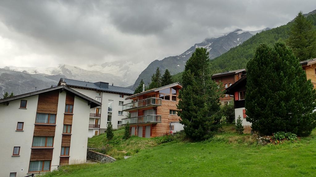 Blick auf die Berge vom Balkon des Hotels Alpenlodge Etoile