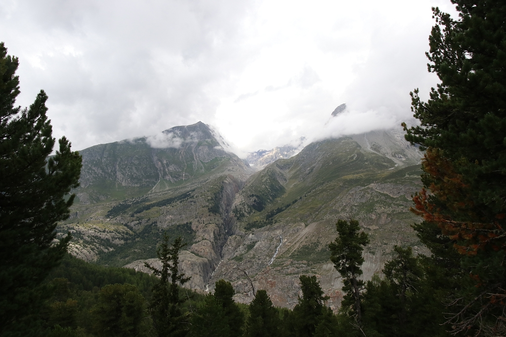 Blick auf die Bergwelt in Wolken