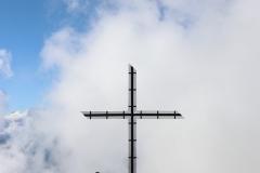 Blick zurück auf das Gipfelkreuz am Bettmerhorn