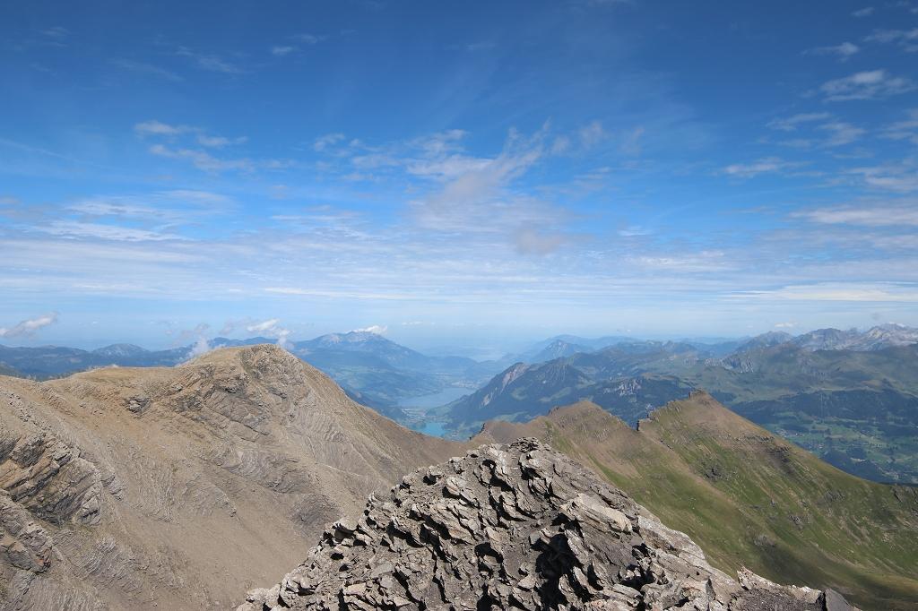 Blick auf den Sarnersee und den Lungernersee. Am Horizont ist der Vierwaldstättersee zu erahnen