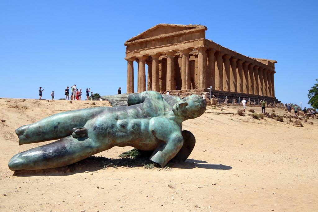 Statue des gefallenen Ikarus am Concorciatempel im Valle dei Templi