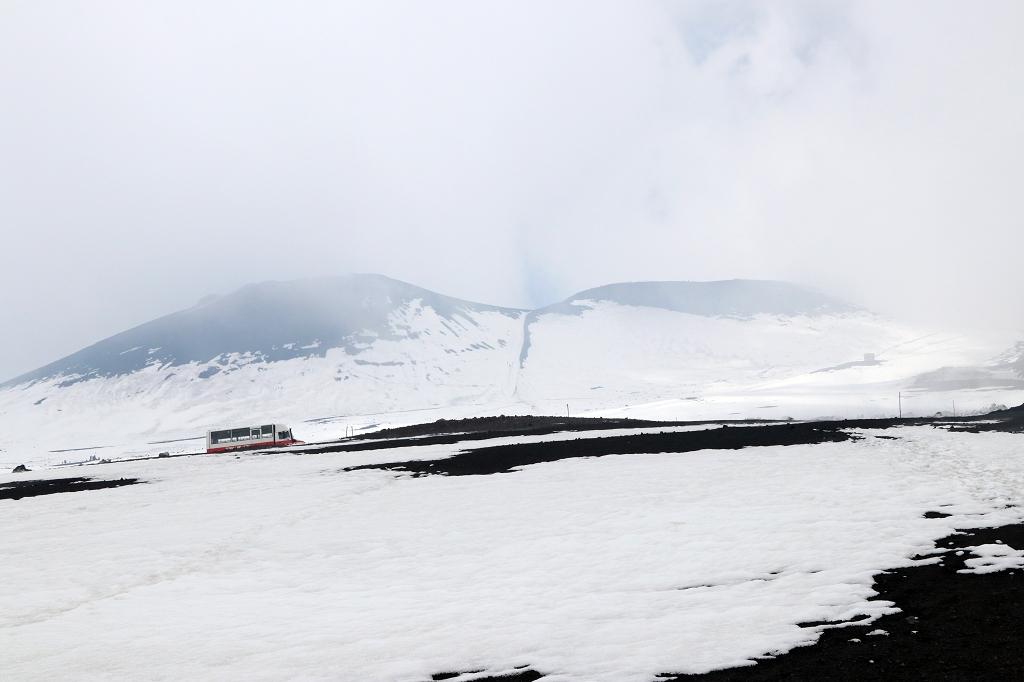 Ätna und Crateri Barbagallo hinter Wolken