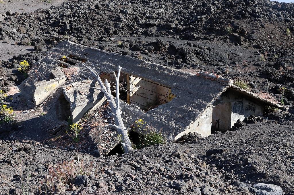 Haus unter altem Lavastrom vom Ätna