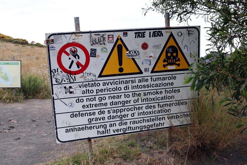 Warnschilder am Gran Cratere auf Vulcano