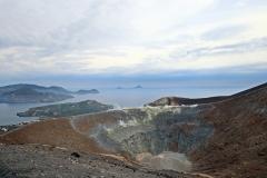 Blick in den Krater und auf Vulcano